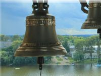 Затопленная Калязинская колокольня обрела голос: на ней установили звонницу.