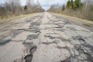 В Тверской области жители сами залили бетоном ямы на дороге