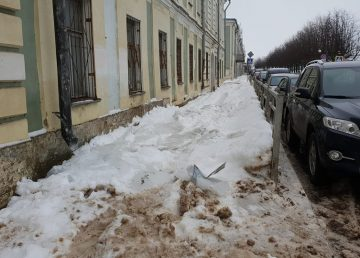 Из-за снега набережная Степана Разина в Твери осталась без тротуара
