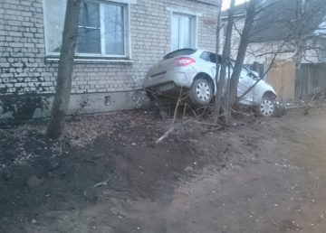 В Тверской области автомобиль врезался в жилой дом
