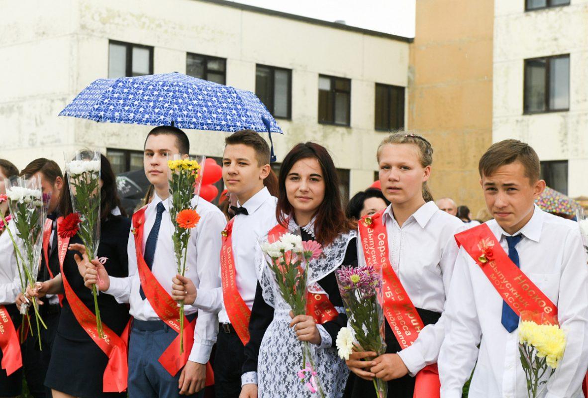 Игорь Руденя посетил последний звонок в школе Андреаполя
