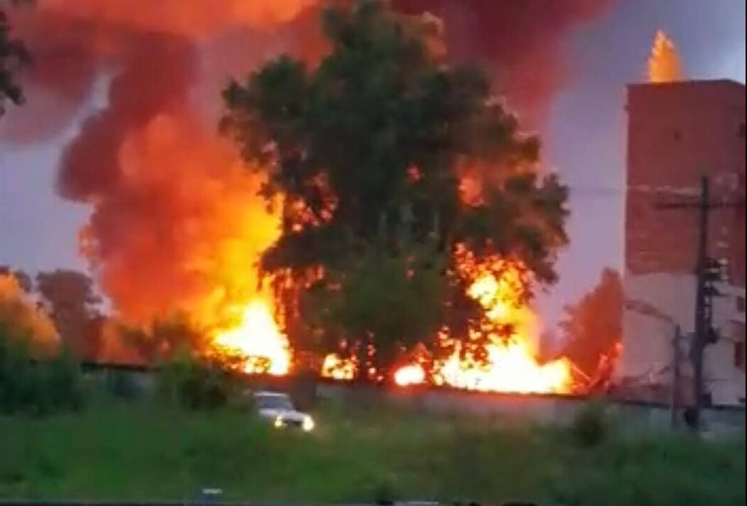 Во Ржеве горит бывший маслоэкстракционный завод