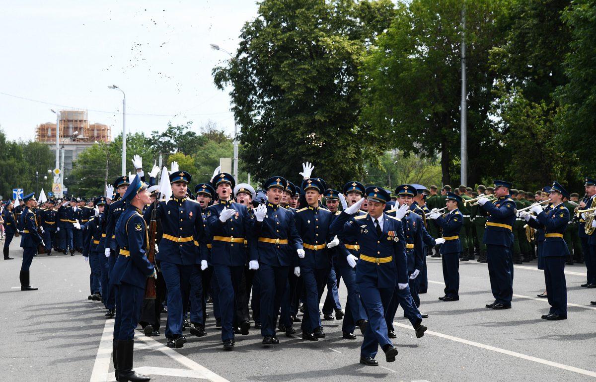 В Твери прошел торжественный выпуск офицеров академии ВКО и суворовского училища