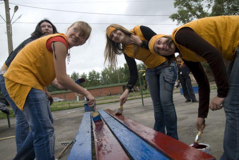 Более 2400 подростков Тверской области нашли временную работу на летних каникулах