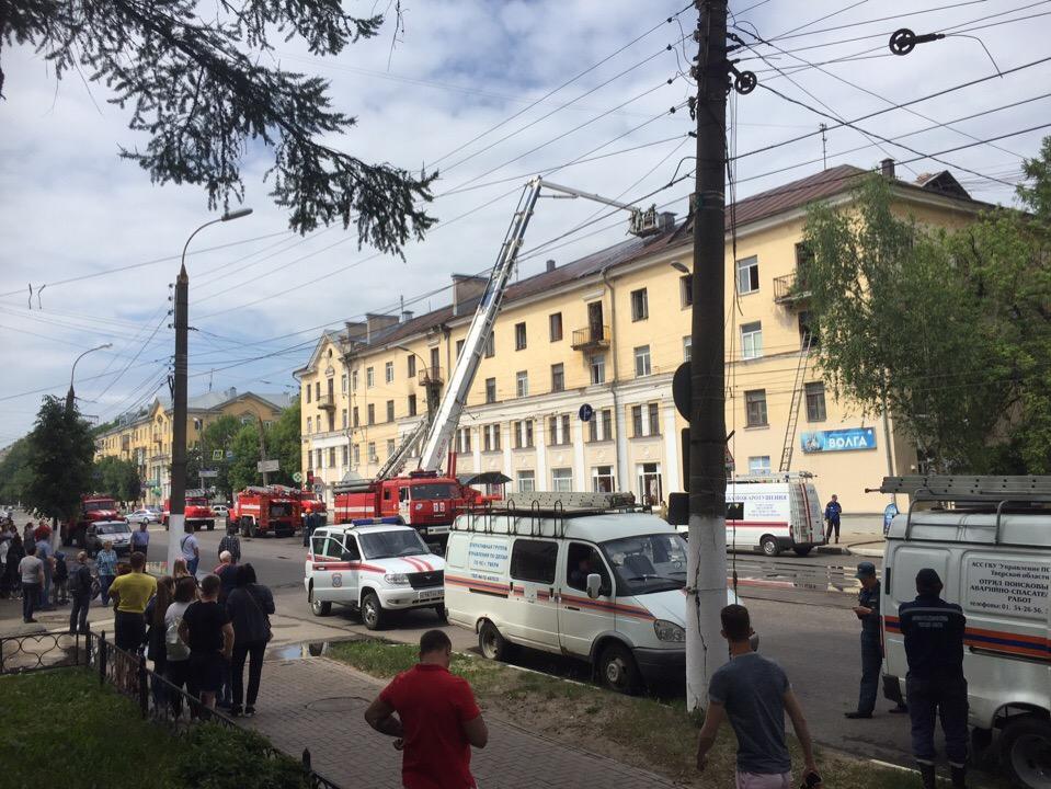 В Твери сильный пожар: горит жилой дом на площади Мира
