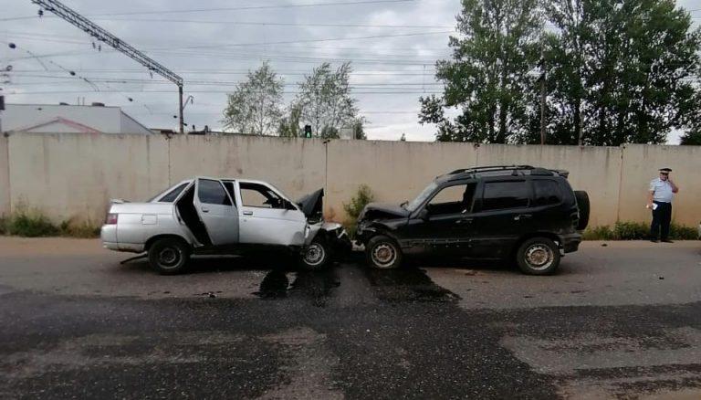 В Тверской области два человека пострадали в лобовом столкновении легковушек