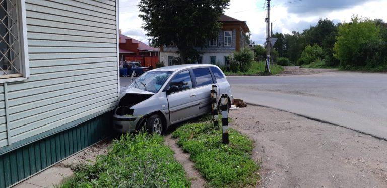 В Тверской области пьяная девушка на автомобиле врезалась в дом