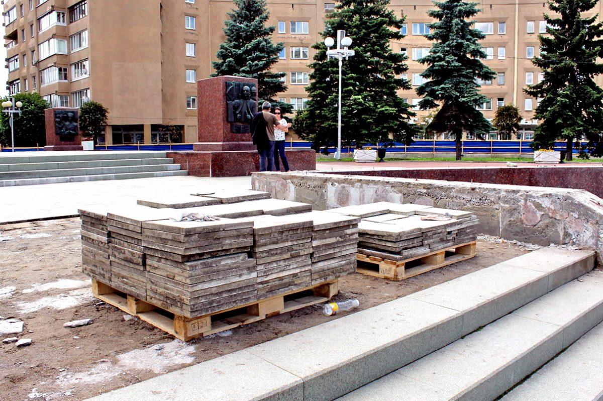 В Твери разбирают фонтаны на площади у стелы «Город воинской славы»