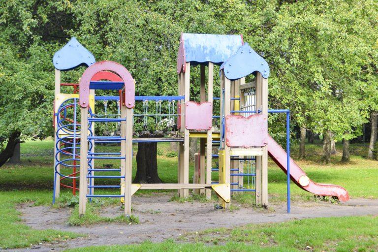 В парках Твери устанавливают новые игровые комплексы