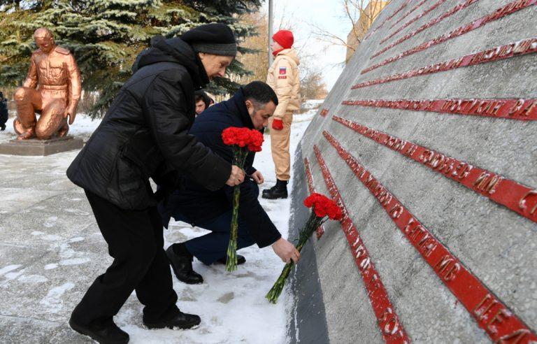 Тверской губернатор возложил цветы к памятнику работникам Савёловского завода, погибшим в годы войны