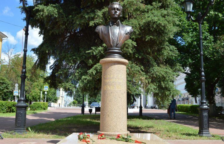 В Твери обновлённый бюст Сергея Лемешева установили в сквере на Театральной площади