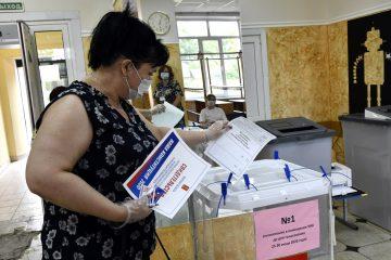 По данным на 15.00 поправки в Конституцию РФ поддерживают 73 % граждан страны