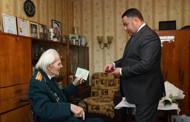 Тверской губернатор вручил участнику войны Орден Почета