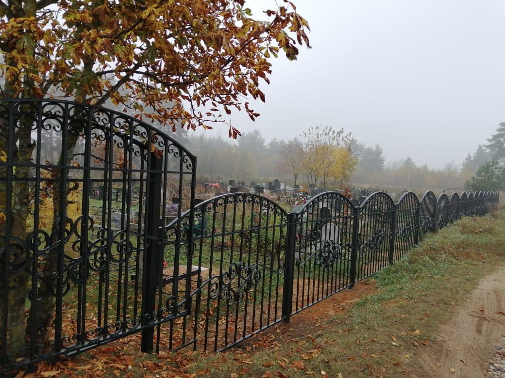 На кладбище в деревне Курово поставили ограду