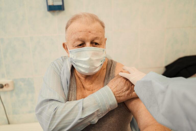 Пожилые жители Тверской области делают прививку от коронавируса