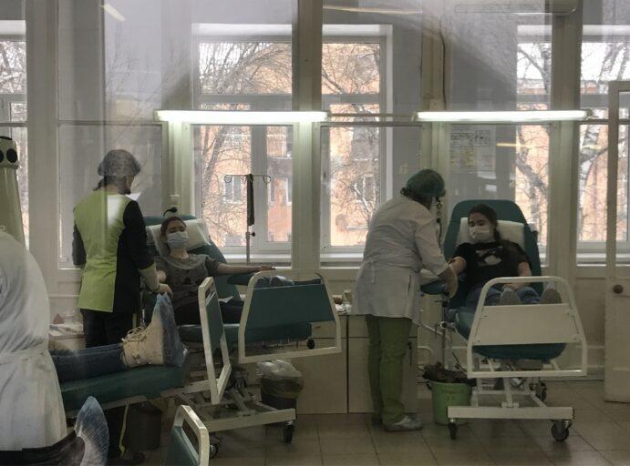 Студенты Тверской области сдали почти 100 литров крови