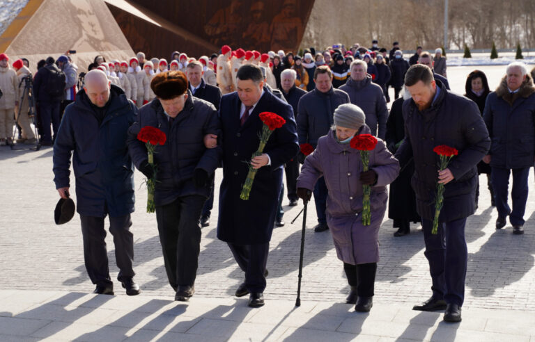 К мемориалу Советскому солдату в Тверской области губернатор возложил цветы