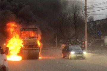 В Твери горел дорожный каток