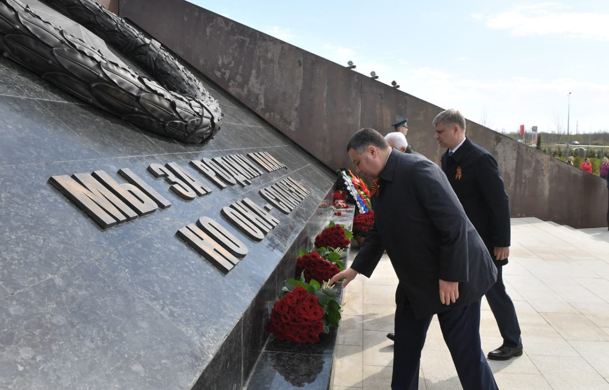 В Тверской области открытие новой станции началось с возложения цветов к мемориалу