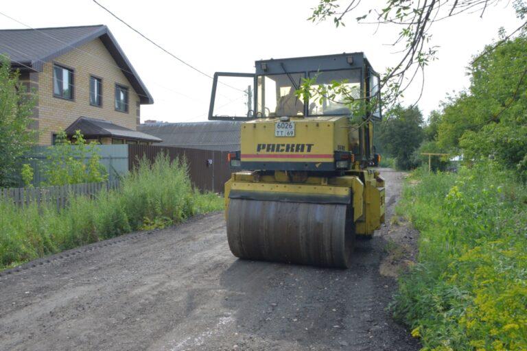 В Твери продолжается укрепление улиц с грунтовым покрытием