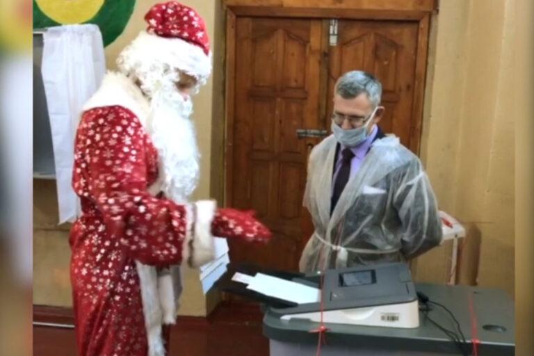 Дед Мороз проголосовал на выборах в Твери