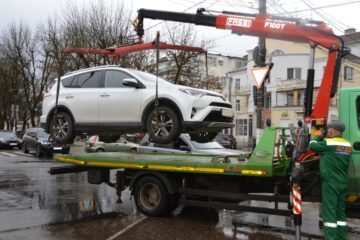 В Твери эвакуируют автомобили с парковок для инвалидов