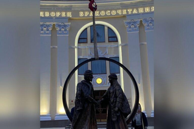 В Твери установили скульптуру святых князя и княгини
